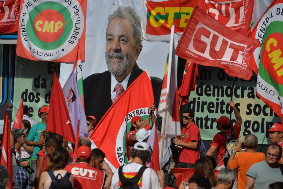 Des unionistes et des membres du Parti des... (PHOTO NELSON ALMEIDA, AGENCE FRANCE-PRESSE)