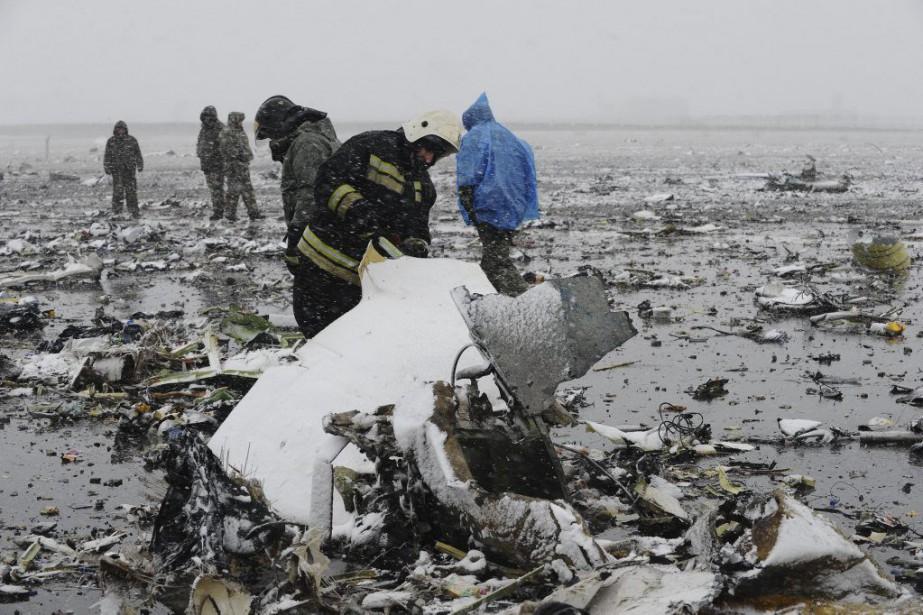 Des employés russes examinent des pièces de l'appareil... (PHOTO ASSOCIATED PRESS)