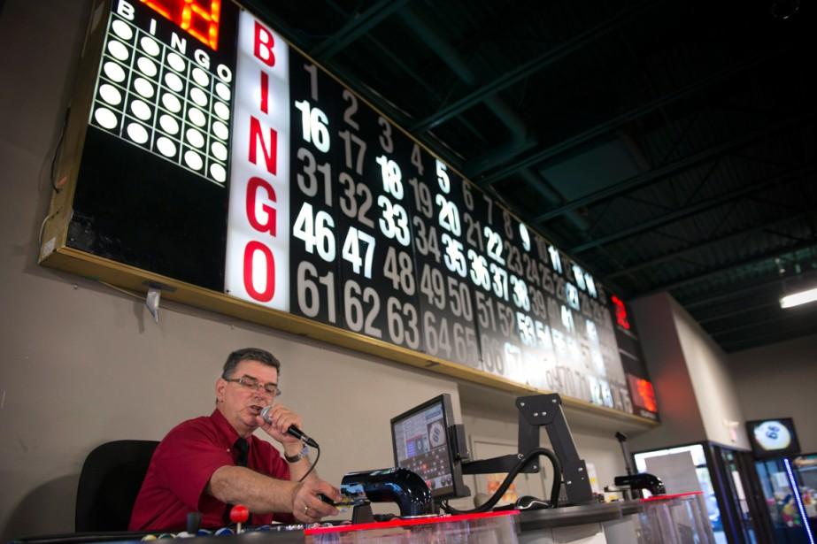 Jean-Marc Crête annonçant les numéros dans une salle... (PHOTO PAUL CHIASSON, ARCHIVES PC)