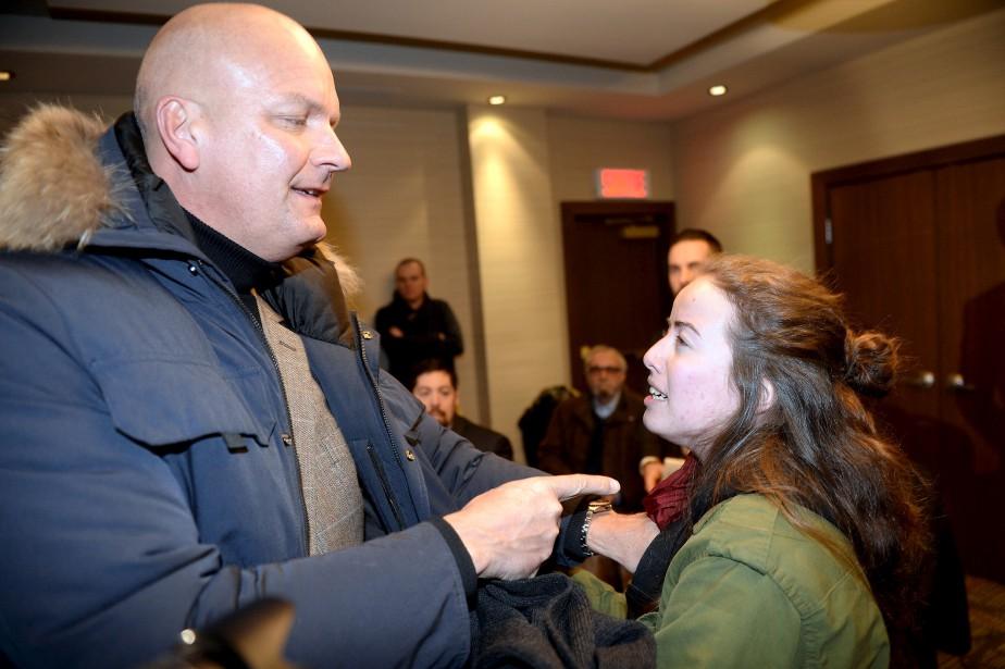 Des manifestants se sont présentés à l'hôtel Marriott pour protester contre les politiques de Marine Le Pen. (Le Soleil, Erick Labbé)