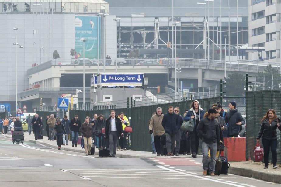 Les passagers ont été évacués de l'aéroport de Bruxelles, en Belgique. (Associated Press, Geert Vanden Wijngaert)