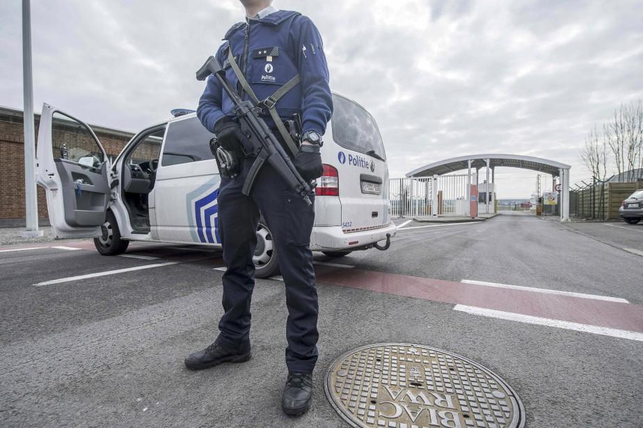 Un policier monte la garde devant un des accès à l'aéroport international de Bruxelles. (Agence France-Presse, Filip de Smet)