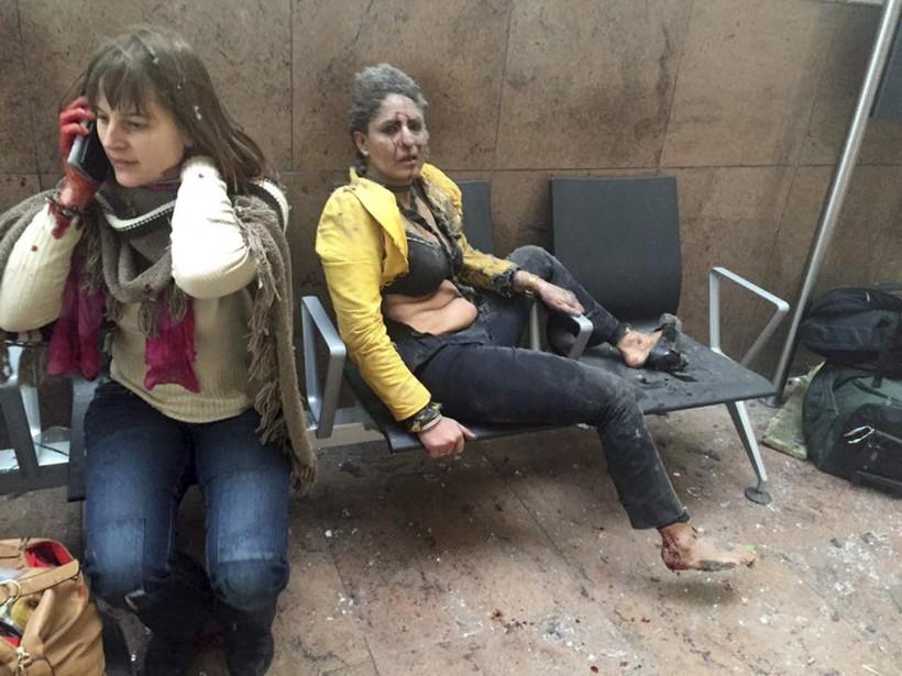 Ces deux jeunes femmes ensanglantées se tiennent sur un banc de l'aéroport, après la violente explosion. Elles sont au nombre des quelque 200 personnes blessées dans les attentats revendiqués par l'État islamique, qui ont fait 34 morts. (Photo Ketevan Kardava, Georgian Public Broadcaster via AP)