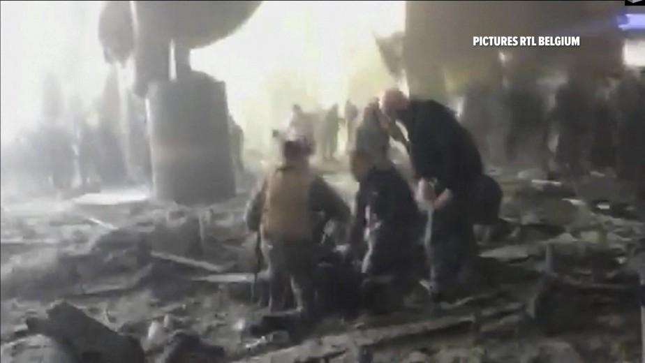 Des victimes soignées dans les débris à l'aéroport de Bruxelles. (RTL via AP)