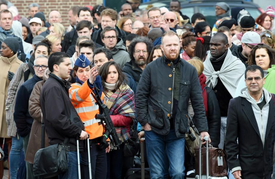 Des voyageurs sont évacués de l'aéroport international de... (PHOTO GEERT VANDEN WIJNGAERT, AP)