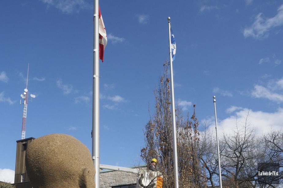 La Ville de Granby a mis ses drapeaux... (Alain Dion, La Voix de l'Est)