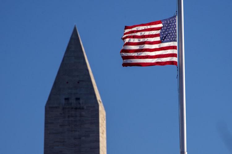 Le drapeau américain était en berne mardi à... (PHOTO AFP)