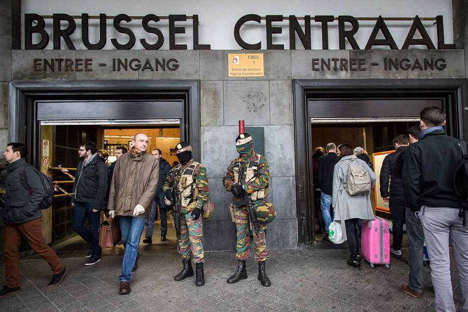 Des soldats surveillent les allées et venues près... (PHOTO AURORE BELOT, AFP)