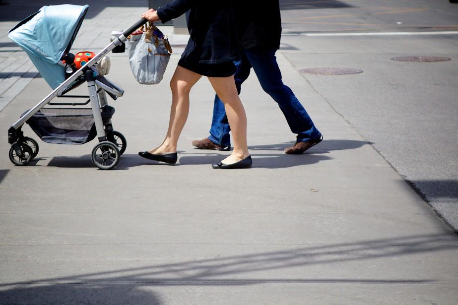 Selon l'étude de l'IRIS, le salaire minimum, même... (Photo Sarah Mongeau-Birkett, Archives La Presse)