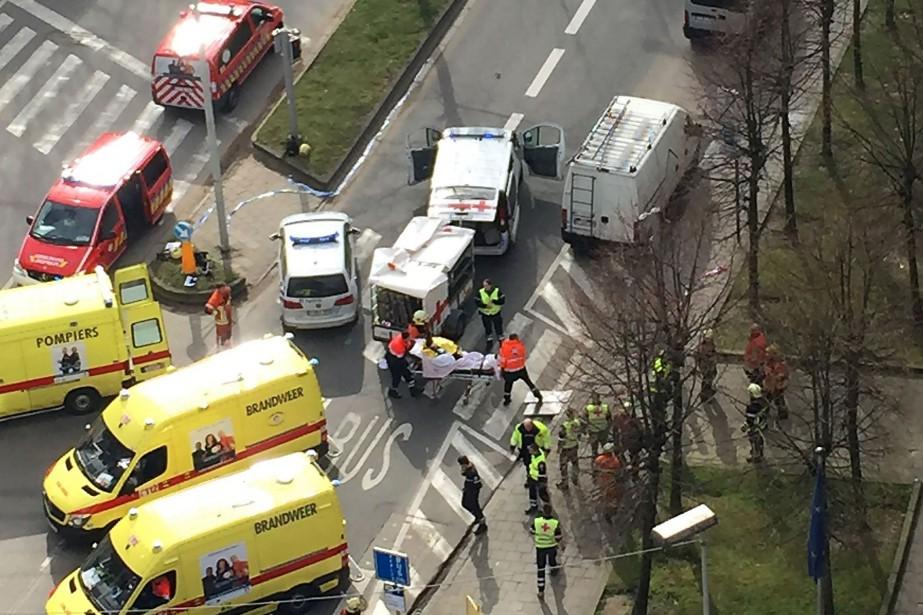 Des secouristes évacuent des blessés à l'extérieur de... (PHOTO AFP)