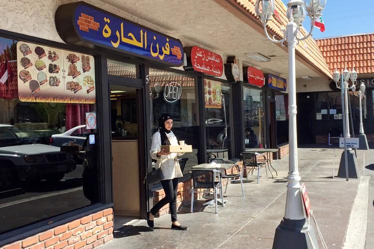 Une femme sort d'un restaurant à Orange County,... (PHOTO AP)
