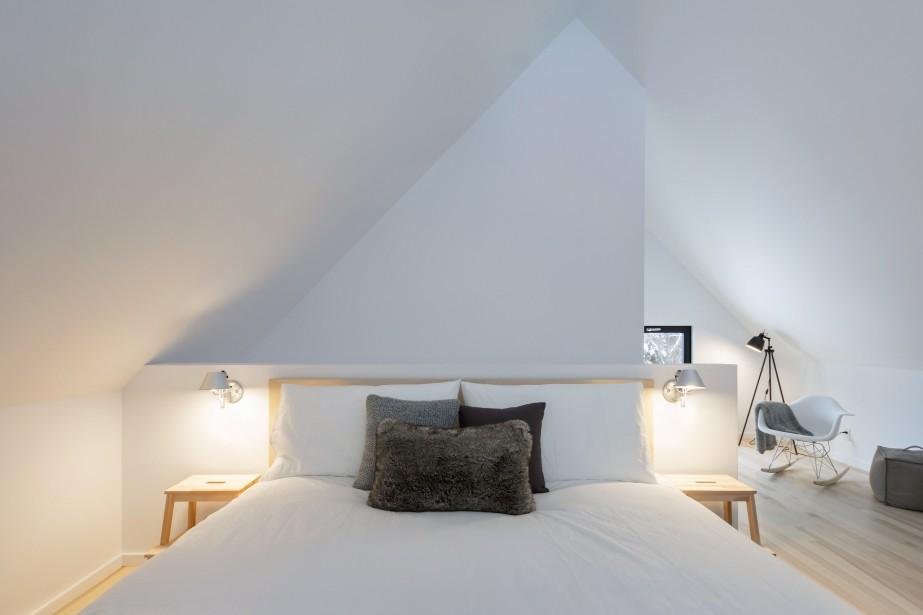 Le lit des maîtres est juché sur la mezzanine. L'espace est agrémenté d'un coin lecture et peut également servir de salle de jeux. (Photo Dave Tremblay, fournie par Cargo architecture)