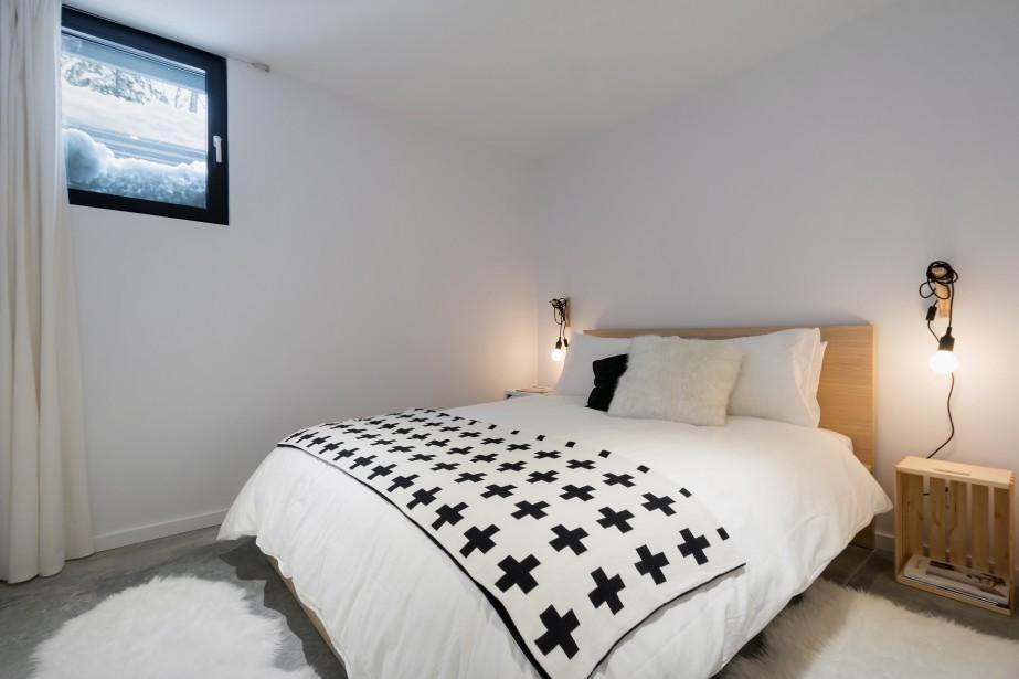 Le chalet comporte 4 chambres pouvant accommoder 14 invités, dont celle-ci, qui se trouve au sous-sol. Une autre chambre peut accueillir 4 enfants dans des lits superposés. (Photo Dave Tremblay, fournie par Cargo architecture)