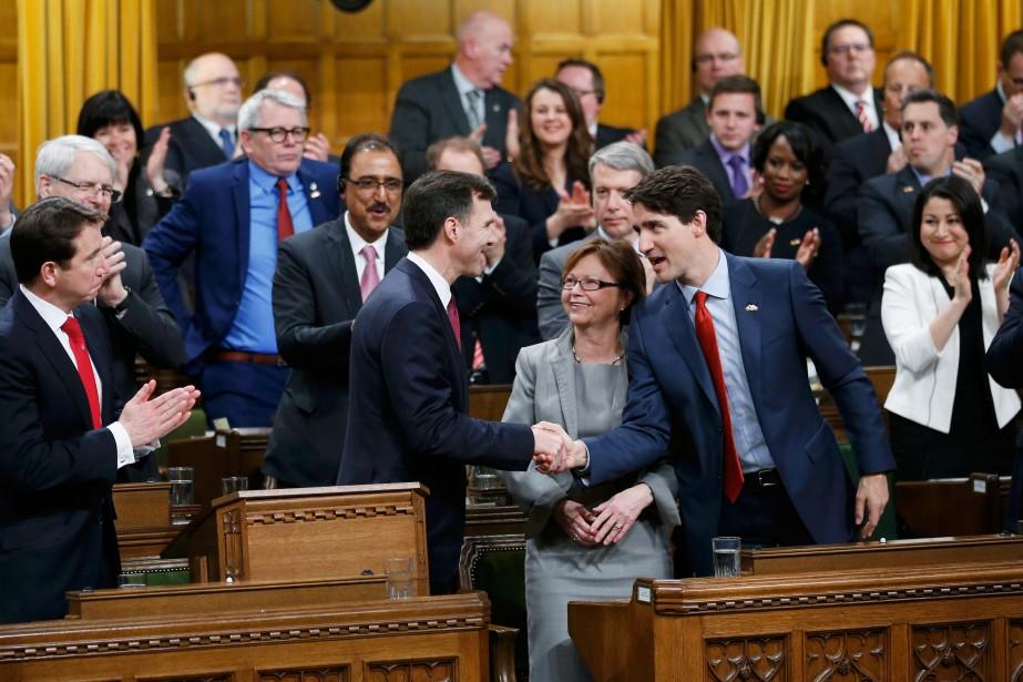 Le premier ministre Justin Trudeau (à droite) félicite... (PHOTO CHRIS WATTIE, REUTERS)
