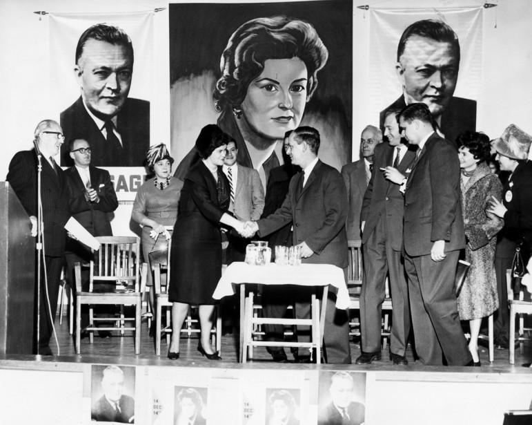 Claire Kirkland-Casgrain, candidate libérale dans la circonscription de Jacques-Cartier, accueille le ministre des richesses naturelles, René Lévesque, lors d'une assemblée tenue en faveur de cette dernière, à LaSalle, en décembre 1961. (Photo Réal St-Jean, archives La Presse)