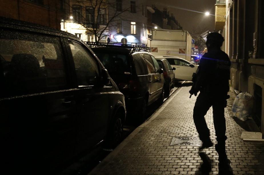 Un policier armé monte la garde près d'un... (PHOTO ALASTAIR GRANT, ASSOCIATED PRESS)