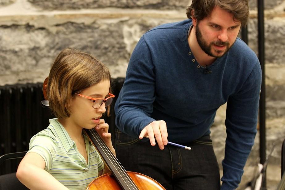 Simon Rivard enseigne la musique à la Coopérative... (PHOTO MATHIEU WADDEL, LA PRESSE)