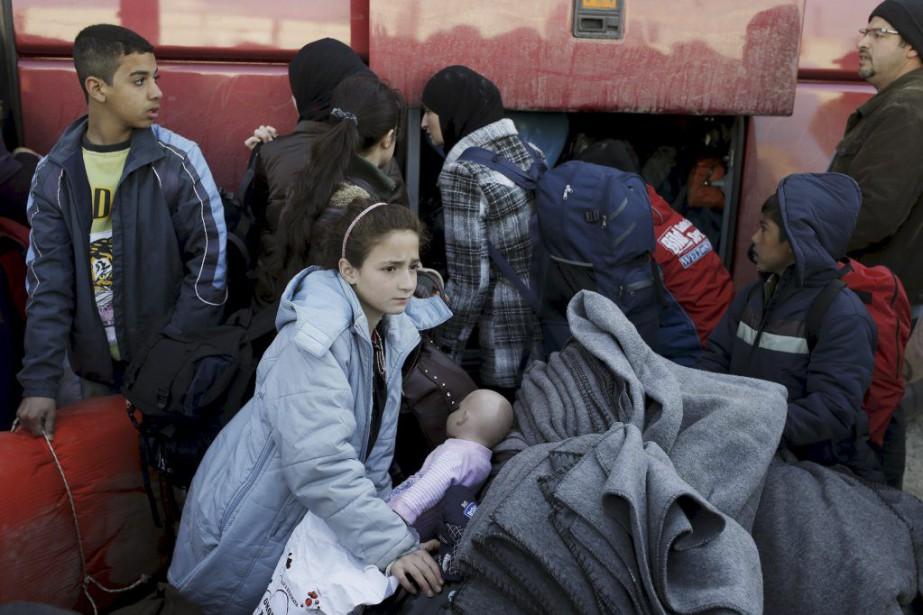 Huit autocars ont transporté vendredi quelque 400 migrants... (PHOTO MARKO DJURICA, REUTERS)