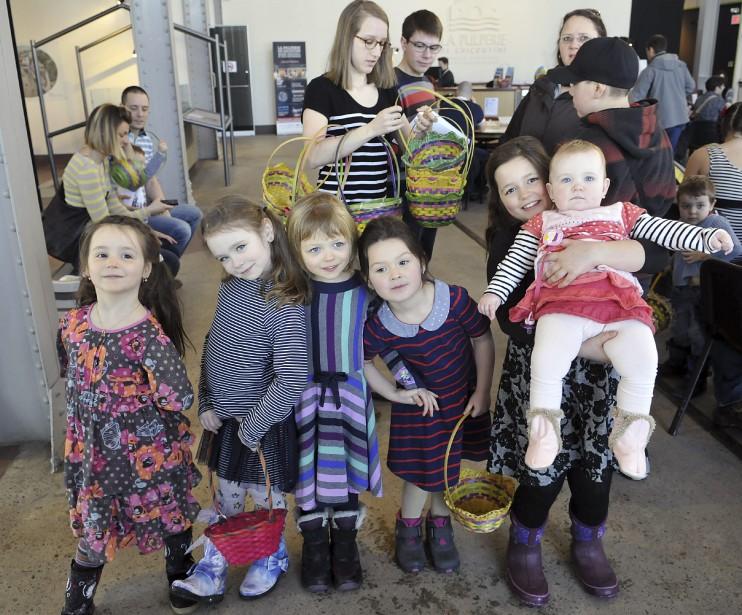 Rose, Éléonore, Marie-Laure, Julia-Rose, Héloïse et Adèle trépignaient d'impatience à l'idée de remplir leurs paniers de petits cocos dans les salles d'exposition de la Pulperie de Chicoutimi. (Photo Le Progrès-Dimanche, Rocket Lavoie)