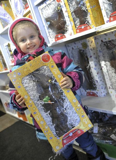 Rien n'allait empêcher Zoé Tremblay, quatre ans, de mettre la main sur un gros lapin en chocolat. Son grand-père semblait disposé à gâter ses deux petites filles, Zoé et sa cousine Marianne. (Photo Le Progrès-Dimanche, Rocket Lavoie)
