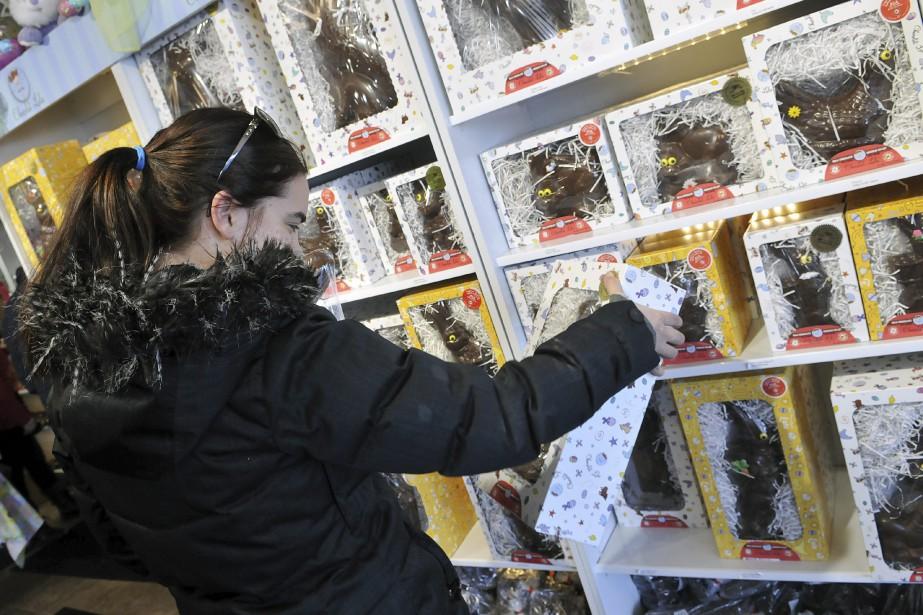 Britany Gagnon a achété des cocos de Pâques chez Lulu pour ses enfants de 1 an et 3 ans. (Photo Le Progrès-Dimanche, Rocket Lavoie)