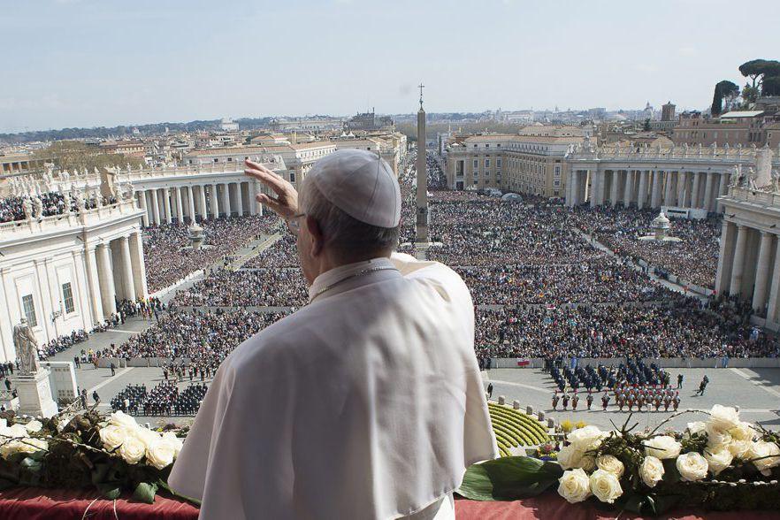 Le pape François devant la foule à la... (PHOTO ASSOCIATED PRESS)