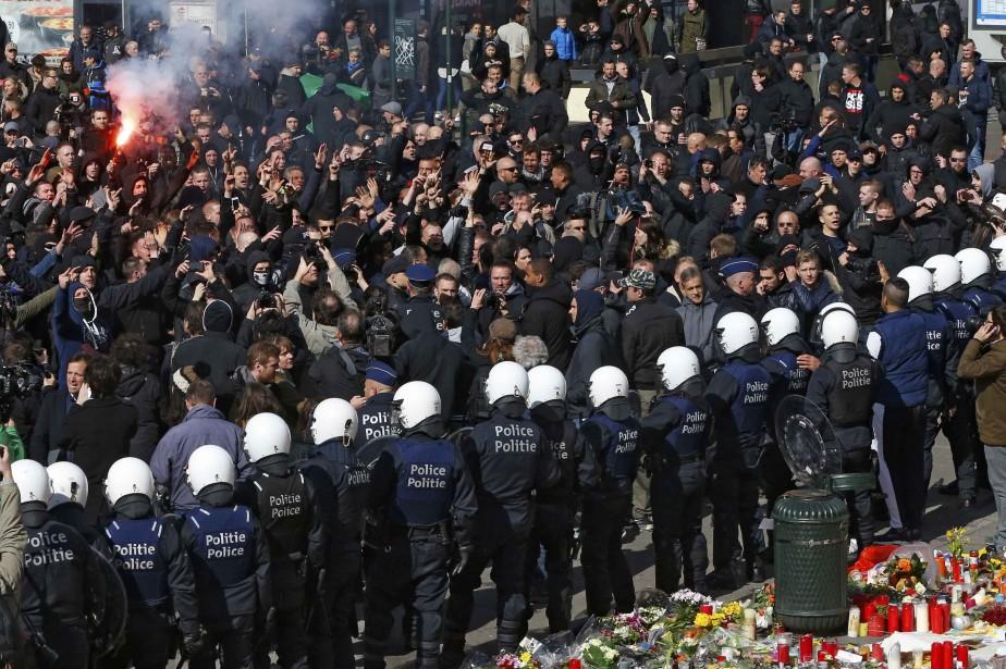 Des manifestants d'extrême-droite sont contenus par la police... (PHOTO YVES HERMAN, REUTERS)