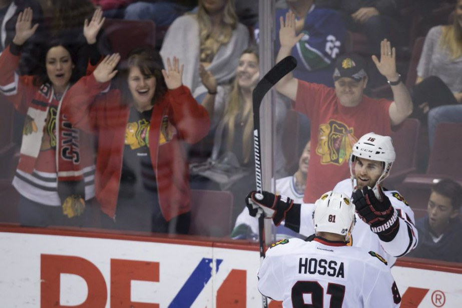 Andrew Ladd a inscrit le but gagnant avec un peu... (Photo La Presse Canadienne)