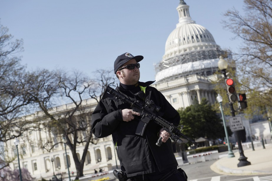 Un policier monte la garde devant le Capitole,... (PHOTO BRENDAN SMIALOWSKI, AFP)