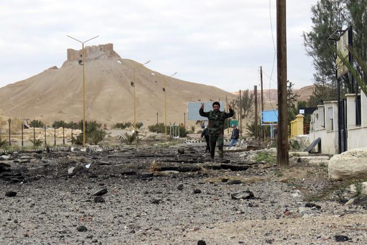 Un soldat syrien fait le signe de la... (PHOTO AFP)