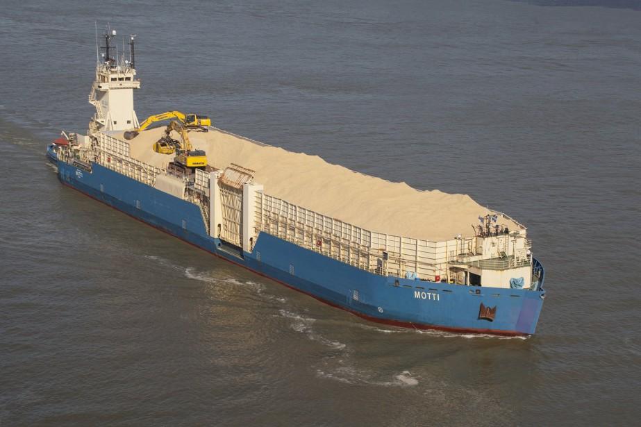 C'est notamment à l'aide de cette super barge... (Photo fournie par Groupe Océan)