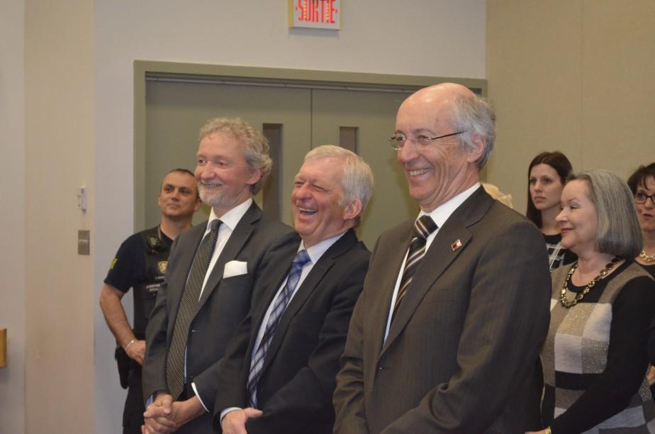 Jean-Pierre Lévesque et Denis Dionne, deux anciens collègues, ont rigolé lors de la cérémonie. (Photo Le Quotidien, Louis Potvin)