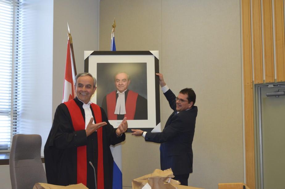 Le juge Paul Guimond a remis ce portait du juge Larouche qui sera accroché au Palais de justice de Roberval. (Photo Le Quotidien, Louis Potvin)