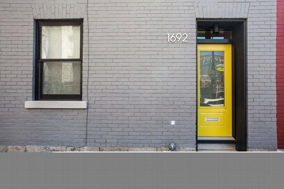 La maison a été construite il y a 135 ans et ses quatre voisines sont semblables. À l'époque, elles ont hébergé des ouvriers. «Nous avons gardé tous les aspects patrimoniaux, l'esprit d'une maison en rangée des années industrielles à Montréal», explique Mark Fekete. La porte jaune annonce un intérieur original. (PHOTO OLIVIER PONTBRIAND, LA PRESSE)
