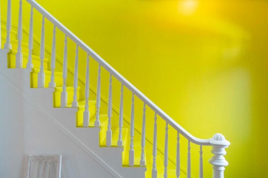 En entrant dans la maison, les visiteurs ne peuvent que remarquer le grand mur coloré sur lequel se découpe l'escalier d'origine. «Nous avons voulu garder le caractère original de la maison», dit le designer. (PHOTO OLIVIER PONTBRIAND, LA PRESSE)