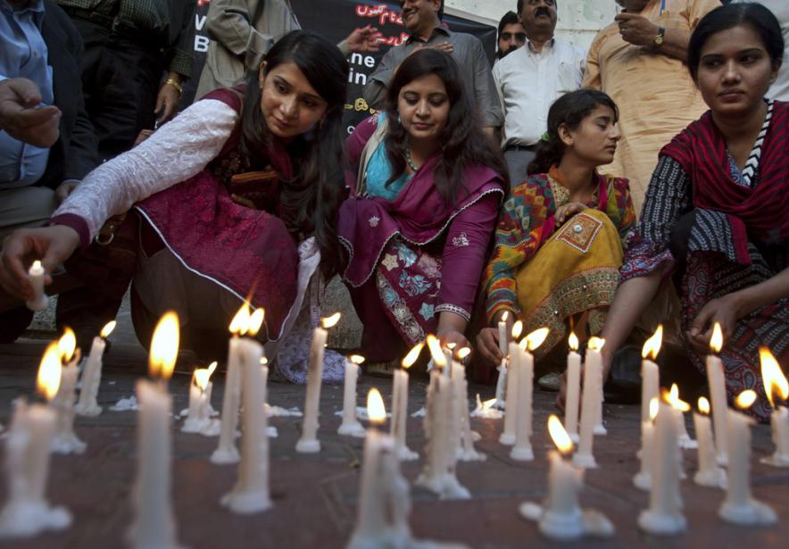 Des manifestants ont rendu hommage aux victimes de... (Photo Shakil Adil, associated press)