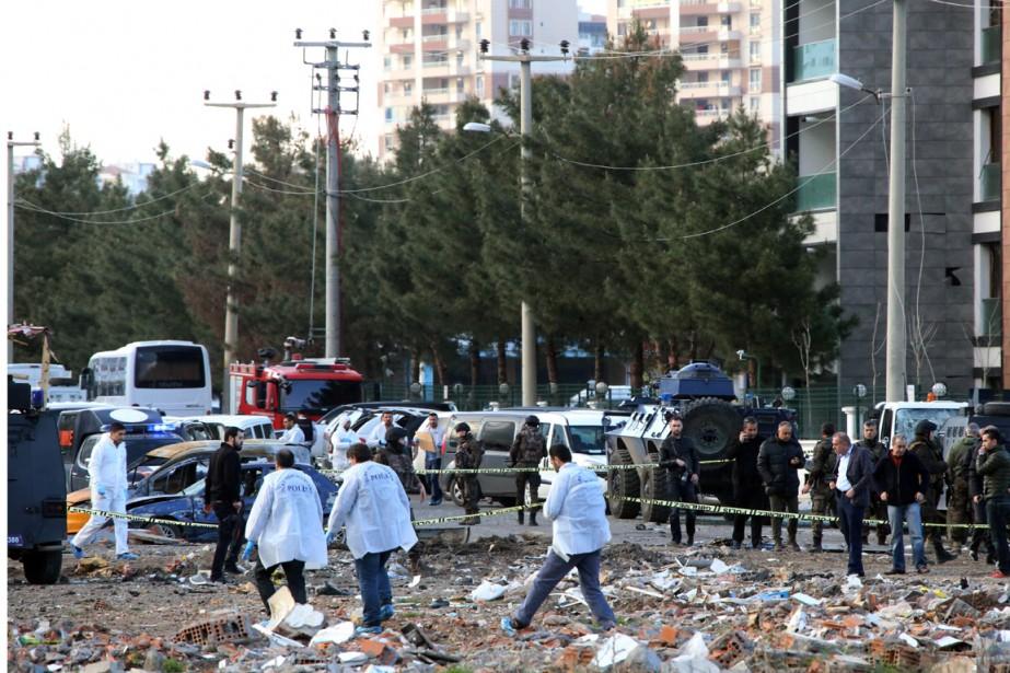 Sept policiers turcs ont été tués et au... (Photo Mahmut Bozarslan, AP)