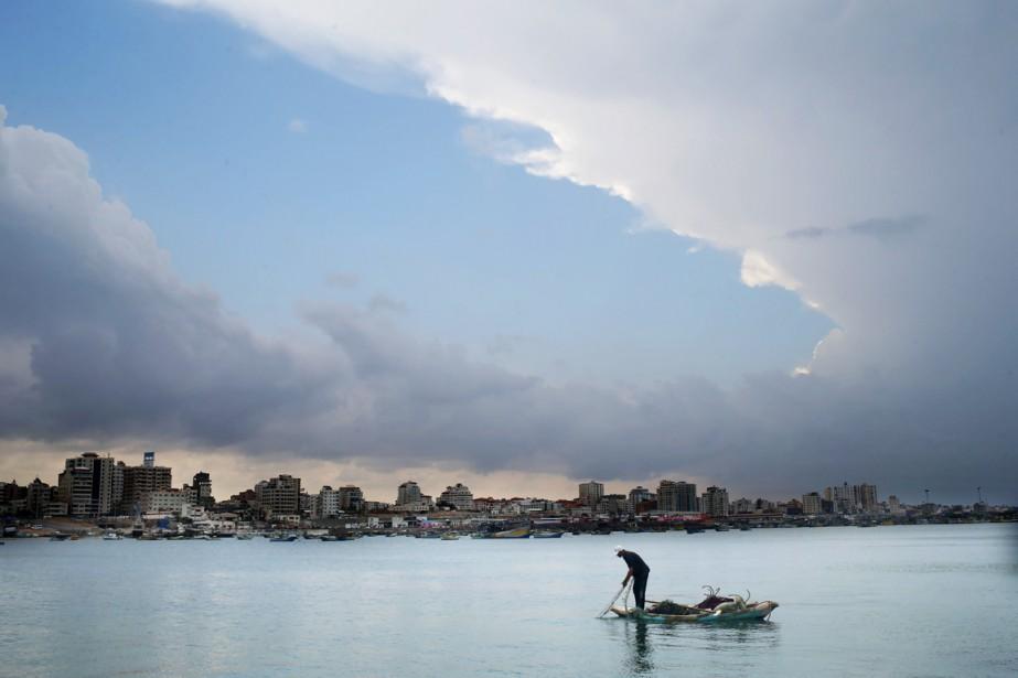 Un pêcheur palestinien jette son filet dans la... (PHOTO MOHAMMED ABED, ARCHIVES AFP)