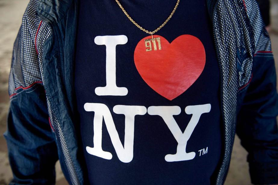 Un partisan de Donald Trump portant un t-shirt... (PHOTO BRENDAN SMIALOWSKI, AFP)