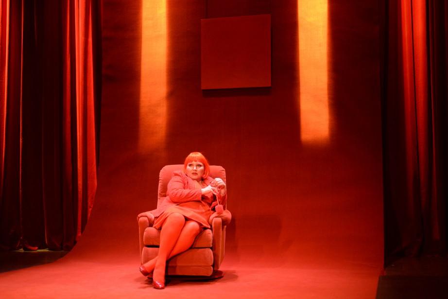 Elen Ewing a habillé de rouge la scène... (PHOTO CLAUDE GAGNON, FOURNIE PAR ESPACE GO)