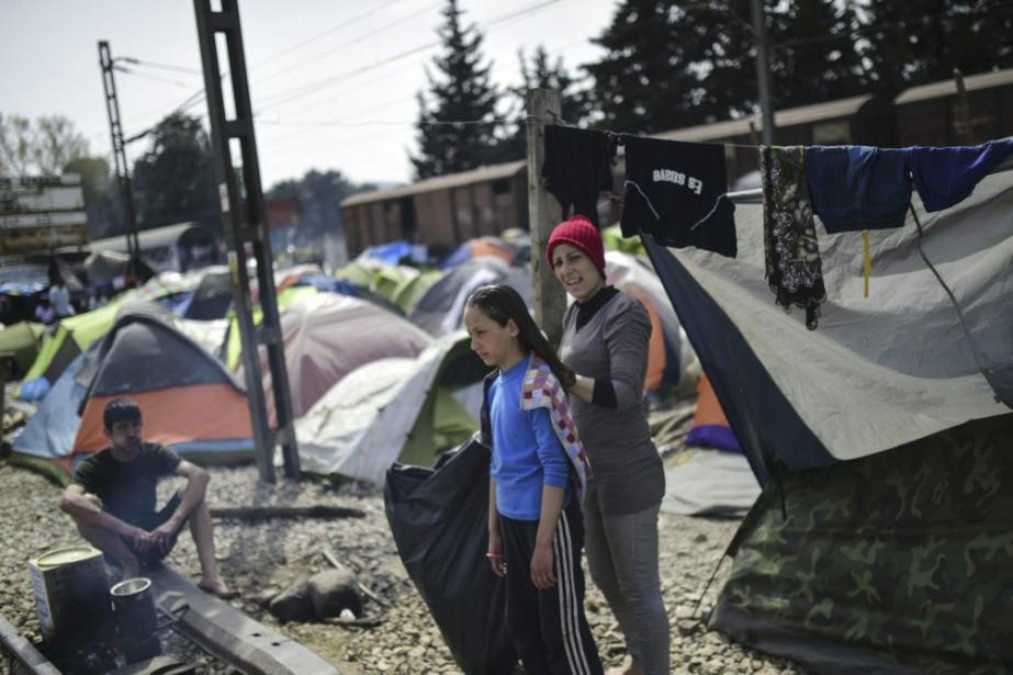 Des réfugiés dans un camp le long de... (Photo BULENT KILIC, AFP)