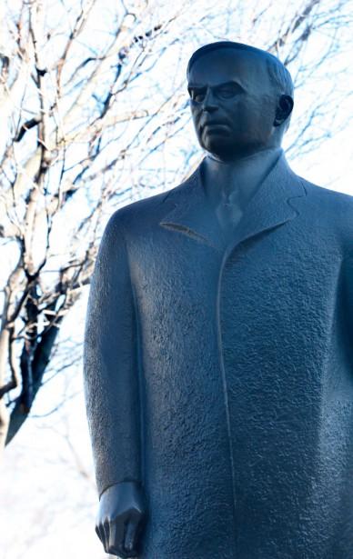 De tous les premier ministres canadiens figés sur la Colline, William Lyon Mackenzie King est certes le moins «sculptable». En contraste avec l'importance de son règne, de 1921 à 1930, puis de 1935 à 1948, King a conservé toute sa vie une allure peu impressionnante dont il était terriblement conscient. C'est pourquoi l'artiste Raoul Hunter a imaginé une version plutôt intemporelle de l'homme, non pas tel qu'il était mais comme il percevait son caractère: imposant, fort, décisif. (Simon Séguin-Bertrand, LeDroit)