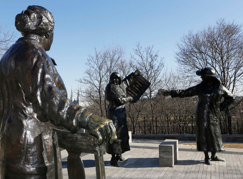 Aussi invraisemblable que cela puisse sembler, «Les femmes sont des personnes», tel que l'affirme le nom du monument. L'ensemble de sculptures veut commémorer la victoire de cinq femmes dans l'affaire «personne» en 1929. Le jugement final a reconnu le statut de la femme comme celui d'une personne en vertu de la loi. Grâce à l'artiste Barbara Paterson, Henrietta Muir Edwards, Louise McKinney, Nellie McClung, Irene Parlby et Emily Murphy célèbrent leur victoire sur la Colline depuis 2000. (Simon Séguin-Bertrand, LeDroit)