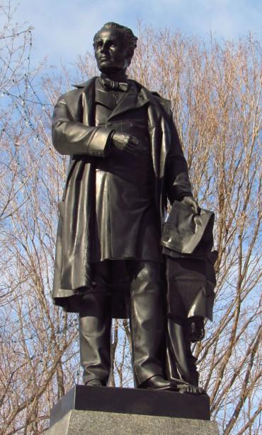 George-Étienne Cartier fut co-premier ministre du Canada-Uni de 1857 à 1862, titre qu'il a partagé avec John A. Macdonald. Les deux amis de longue date ont lutté sans relâche pour la création de la Confédération, survenue en 1867. Fait intéressant: Cartier avait été banni au début de sa carrière politique pour avoir participé à la Rébellion de 1837. Cela ne l'a pas empêché de se voir plus tarddécerner le titre de baronnet par la reine Victoria. Il s'est éteint en 1873 à l'âge de 58 ans. (D. Gordon E. Robertson, Wikimedia Commons)