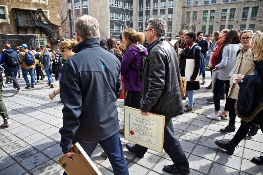 Un à un, une quinzaine de diplômés de... (Photo André Pichette, La Presse)