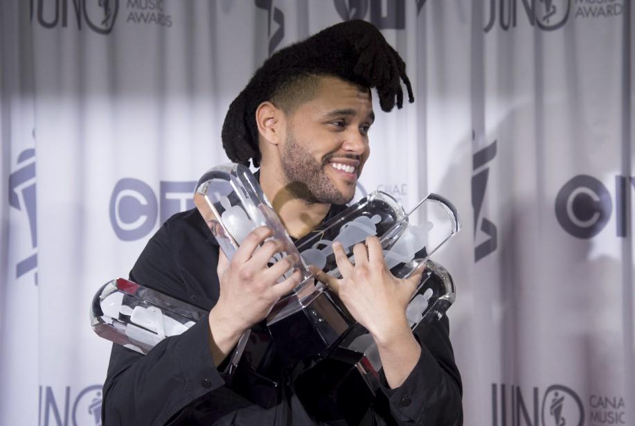 The Weeknd a volé la vedette lors de la soirée des prix Juno, dimanche, à Calgary. Le chanteur originaire de Toronto retourne à la maison avec deux autres prix, celui de l'album de l'année et celui de la chanson de l'année pour<em>Can't Feel My Face</em>. Ces deux prix s'ajoutent aux trois autres décrochés la veille lors du gala hors d'ondes. (La Presse Canadienne, Jonathan Hayward)