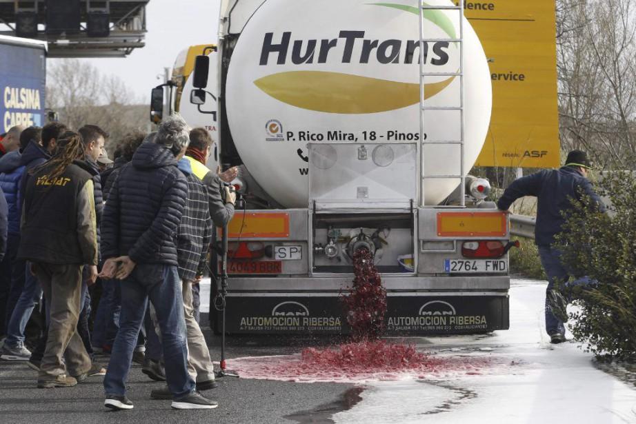 Les viticulteurs ont bloqué les camions-citernes espagnols contenant... (PHOTO RAYMOND ROIG, AFP)