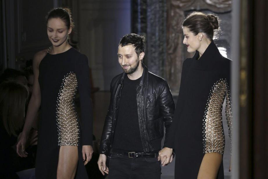 Le designer Anthony Vaccarello (C) lors de son... (PHOTO FRANÇOIS GUILLOT, AFP)