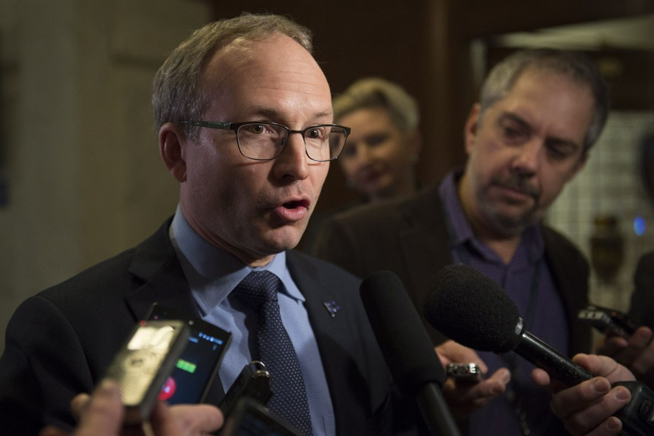 Le ministre de la Sécurité publique, Martin Coiteux.... (PHOTO JACQUES BOISSINOT, ARCHIVES LA PRESSE CANADIENNE)