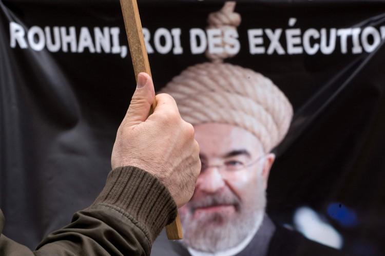Des gens manifestent contre le président iranien Hassan... (PHOTO AFP)